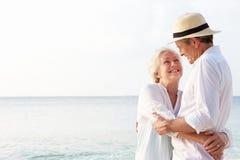 热带海滩假日的富感情的资深夫妇 免版税库存图片