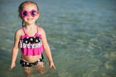 热带海滩假期的可爱的小女孩 库存图片