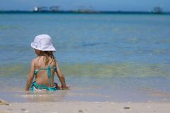 热带海滩假期的可爱的小女孩 免版税图库摄影