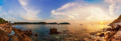 热带海滩全景在日落的 免版税库存图片