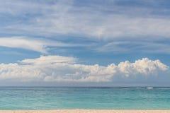 热带海滩努沙Dua,巴厘岛,印度尼西亚 椰树吊床掌上型计算机下天堂安排 免版税图库摄影