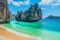 热带海滩和山海岛 免版税库存照片