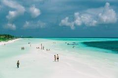 热带海滩和平静的清楚的海洋和蓝天好的宽看法  免版税库存照片