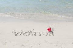 热带海滩和海洋有在沙子写的消息的 免版税图库摄影