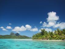 热带海滩和盐水湖水 免版税图库摄影