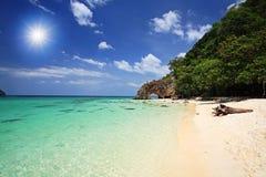热带海滩和自然石曲拱,泰国 免版税库存照片