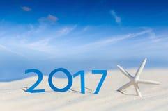 热带海滩和2017新年好 季节假期,假日概念 库存图片