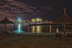 热带海滩在晚上- HDR 免版税库存图片
