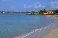 热带海滩在格洛斯小岛村庄在圣卢西亚,加勒比 免版税库存照片