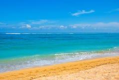 热带海滩在巴厘岛 印度尼西亚 免版税库存照片