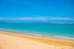 热带海滩在巴厘岛 印度尼西亚 免版税图库摄影