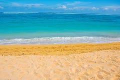 热带海滩在巴厘岛 印度尼西亚 图库摄影