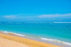 热带海滩在巴厘岛 印度尼西亚 免版税库存图片