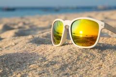 热带海滩太阳镜 免版税库存照片