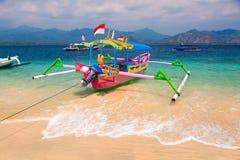 热带海滩小船 免版税库存照片