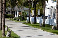 热带海滩庭院手段含沙的海边 免版税库存图片