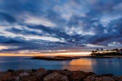 热带海滩日落在奥阿胡岛,夏威夷 免版税库存照片