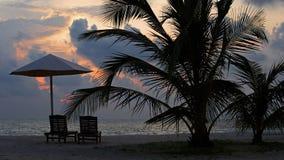 热带海滩日落设置 免版税库存照片