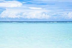 热带海滩用绿松石海洋水 库存图片