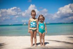 热带海滩的两个妹 免版税图库摄影