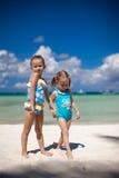 热带海滩的两个妹 库存照片