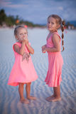 热带海滩的两个小女孩在菲律宾 库存图片