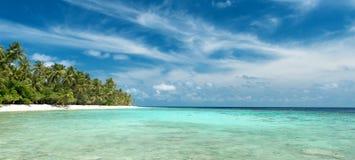 热带海滩的全景 免版税库存照片