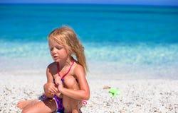 热带海滩的可爱的小女孩在期间 图库摄影
