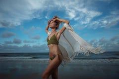 热带海滩的女孩 库存图片