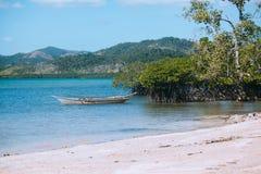 热带海滩的小船 免版税图库摄影