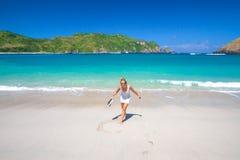 热带海滩的少妇 库存图片
