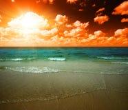 热带海洋的日落 免版税库存图片