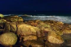 热带海滩的晚上 普吉岛 泰国 库存图片