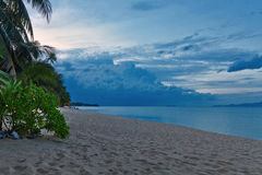 热带海滩的晚上 普吉岛 泰国 免版税库存图片