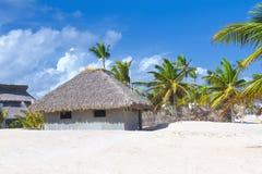 热带海滩的棕榈叶屋顶平房 库存照片