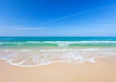 热带海滩的海运 图库摄影
