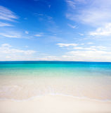 热带海滩的海运 免版税库存照片