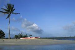 热带海滩的独木舟 免版税库存图片