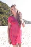 热带海滩的美丽的妇女 免版税库存照片