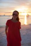 热带海滩的年轻美丽的妇女在日落 库存照片