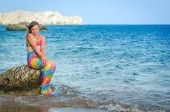 热带海滩的年轻美人鱼女孩 免版税库存图片