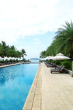 热带海滩胜地旅馆游泳池 免版税库存照片