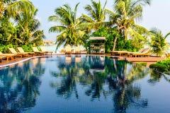 热带海滩胜地游泳池在马尔代夫 免版税图库摄影