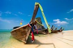 与小船的热带海滩风景。 泰国 免版税库存照片
