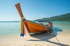 热带海滩,在Lipe海岛的longtail小船在Satun,泰国 免版税库存照片