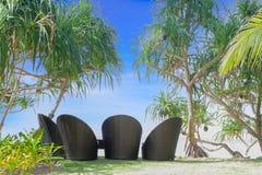 热带海滩,室外咖啡馆,在海滩的椅子 免版税库存照片