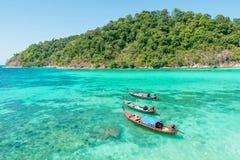 热带海滩, longtail小船,安达曼海在普吉岛,泰国 免版税库存图片