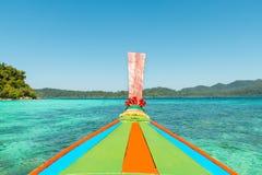 热带海滩, longtail小船,安达曼海在普吉岛,泰国 图库摄影