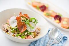 热带温暖的沙拉用striploin火腿 库存图片