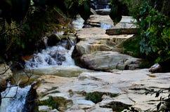 热带瀑布通过森林密林金马仑高原马来西亚 库存图片